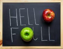 Olá! tipografia da rotulação da mão da queda com as maçãs verdes vermelhas maduras no quadro preto Ação de graças da colheita do  Fotos de Stock Royalty Free