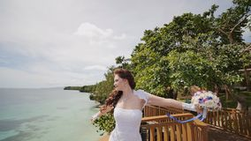 Olśniewa panna młoda przegapia ocean cieszy się szczęście od wzrosta balkon i refuje Lot miłość egzot zbiory wideo