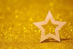 Olśniewająca gwiazda na złotym opromienionym tle Błyskotliwość połysk z kształtem gwiazda Obraz Stock