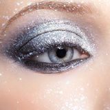Olśniewająca kobieta przygląda się makeup Obrazy Royalty Free