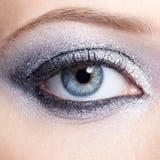 Olśniewająca kobieta przygląda się makeup Zdjęcia Royalty Free