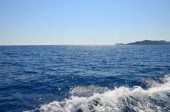 Olśniewający błękitny morze śródziemnomorskie Widok od jachtu spienione fale fotografia stock