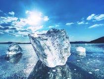 Olśniewający lód odszczepia i kawałki lód na zamarzniętym jeziorze lub rzece Zdjęcie Stock