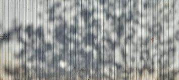 Olśniewający metalu ogrodzenie w cieniu Obrazy Royalty Free