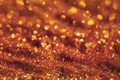 Olśniewający złoty piasek robić błyskotliwość śliczny abstrakcjonistyczny fotografii tło - festiwalu pojęcie z bokeh teksturą - zdjęcie stock