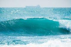 Ola oceánica azul en las zonas tropicales El estrellarse del barril de la onda y agua clara Imagenes de archivo