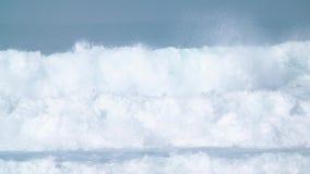 Ola oceánica azul gigante adentro en la cámara lenta almacen de video