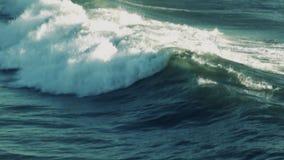 Ola oceánica (cámara lenta estupenda) almacen de metraje de vídeo