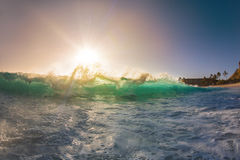 Ola oceánica clara grande contra el cielo de la puesta del sol imagen de archivo libre de regalías
