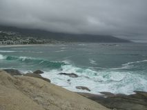 Ola oceánica con las rocas del granito Fotos de archivo libres de regalías