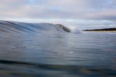 Ola oceánica de fractura desmenuzable de Sandy Forested Beach foto de archivo libre de regalías