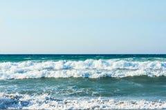 Ola oceánica de fractura grande en una playa arenosa grete imagen de archivo libre de regalías