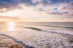 Ola oceánica de fractura perfecta del barril Paisaje con colores de la salida del sol Fotografía de archivo libre de regalías