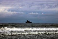 Ola oceánica en el Pacífico durante una tormenta foto de archivo