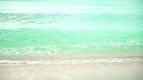 Ola oceánica en la playa arenosa metrajes
