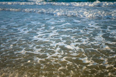 Ola oceánica en la playa arenosa Fotografía de archivo
