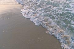 Ola oceánica en la playa arenosa Fotos de archivo libres de regalías