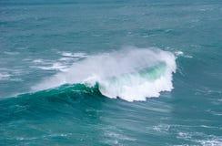Ola oceánica enorme adaptación Nazare, Portugal fotos de archivo