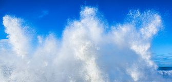 Ola oceánica limpia fresca del agua blanca contra el cielo azul Fotografía de archivo