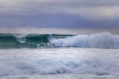 Ola oceánica - paisaje minimalista, nada pero océano y cielo con el espacio de la copia imagenes de archivo