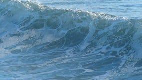 Ola oceánica que interrumpe la costa de California almacen de video