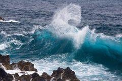 Ola oceánica que se estrella capturada a tiempo Foto de archivo