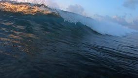 Ola oceánica que se rompe en cámara