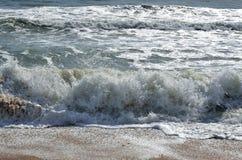 Ola oceánica que se rompe en la playa fotos de archivo