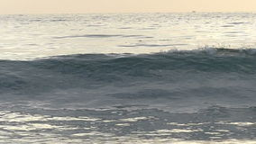 Ola oceánica que se rompe en la playa en la cámara lenta almacen de metraje de vídeo