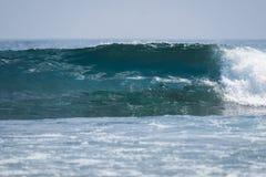 Ola oceánica vidriosa perfecta imagen de archivo