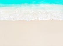 Ola oceánica y arena blanca en la playa tropical, isla Praslin, Sey Fotos de archivo