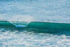 Ola oceánica coloreada azul remolinada Foto de archivo