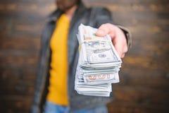 Olaglig vinst och svart kassa Grabbmaffiaåterförsäljare med kassavinst Den brutala mannen har kassapengar Rikedom och wellbeing royaltyfria bilder