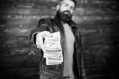 Olaglig vinst och svart kassa Grabbmaffiaåterförsäljare med kassavinst Mannen ger kassapengarmutan Rikedom och wellbeing royaltyfria foton