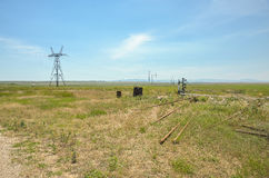 Olagliga olje- brunnar och en överföringslinje i ett fält Fotografering för Bildbyråer
