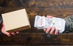 Olagliga produkter för köp Kassapengar och ask med förbjudet godsutbyte olagligt avtalsbegrepp Hand för pengarkassa in av royaltyfri fotografi