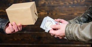 olagligt avtalsbegrepp Hand för pengarkassa in av den brottsliga mannen Brotts- och olaglig vinst Avbrottslag Återförsäljare och  arkivbilder