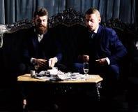 olagligt avtalsbegrepp Män i dräkt, affärsmän sitter arkivfoto
