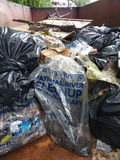 Olagligt dumpa, avfall i en avfallscontainer som samlas under en flodrengöring Fotografering för Bildbyråer