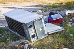 Olagligt dumpa med övergav kartonger, plastpåsar och hushållsmaskiner i natur arkivfoton