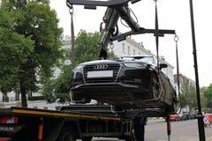Olagligt parkerad bilborttagning Arkivbilder