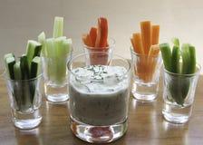 Olandas Gurkenbad gemacht mit dem Sahne-, Frischkäse, gehackter Gurke und dem Selleriesalz, gedient mit Cocktailgrößen-Gemüsest. Lizenzfreie Stockbilder