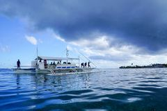 Olango, τον Οκτώβριο του 2018 των Φιλιππινών ※: αλιευτικό σκάφος στη θύελλα στοκ εικόνα με δικαίωμα ελεύθερης χρήσης