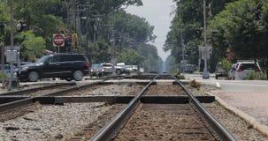 Olas de calor que suben de pistas de ferrocarril con tráfico almacen de metraje de vídeo