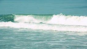 Olas oceánicas azules en la cámara lenta