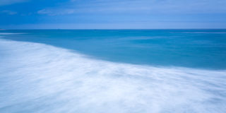 Olas oceánicas azules lisas sedosas Fotos de archivo