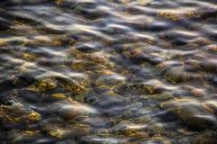 Olas oceánicas bajas sobre rocas Fotografía de archivo