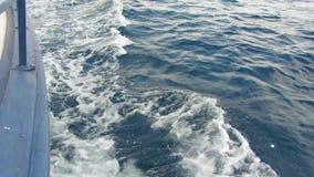 Olas oceánicas con golpe de la espuma contra la nave durante el barco del alto ángulo del movimiento que flota por el mar metrajes
