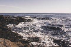 Olas oceánicas contra la orilla Foto de archivo libre de regalías