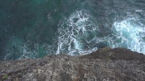 Olas oceánicas de la alta opinión del acantilado sobre la isla de Nusa Penia, Indonesia metrajes